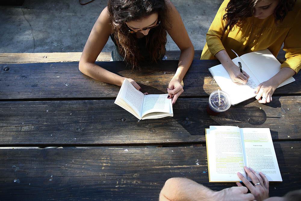 Studenti che fanno compiti e imparano insieme