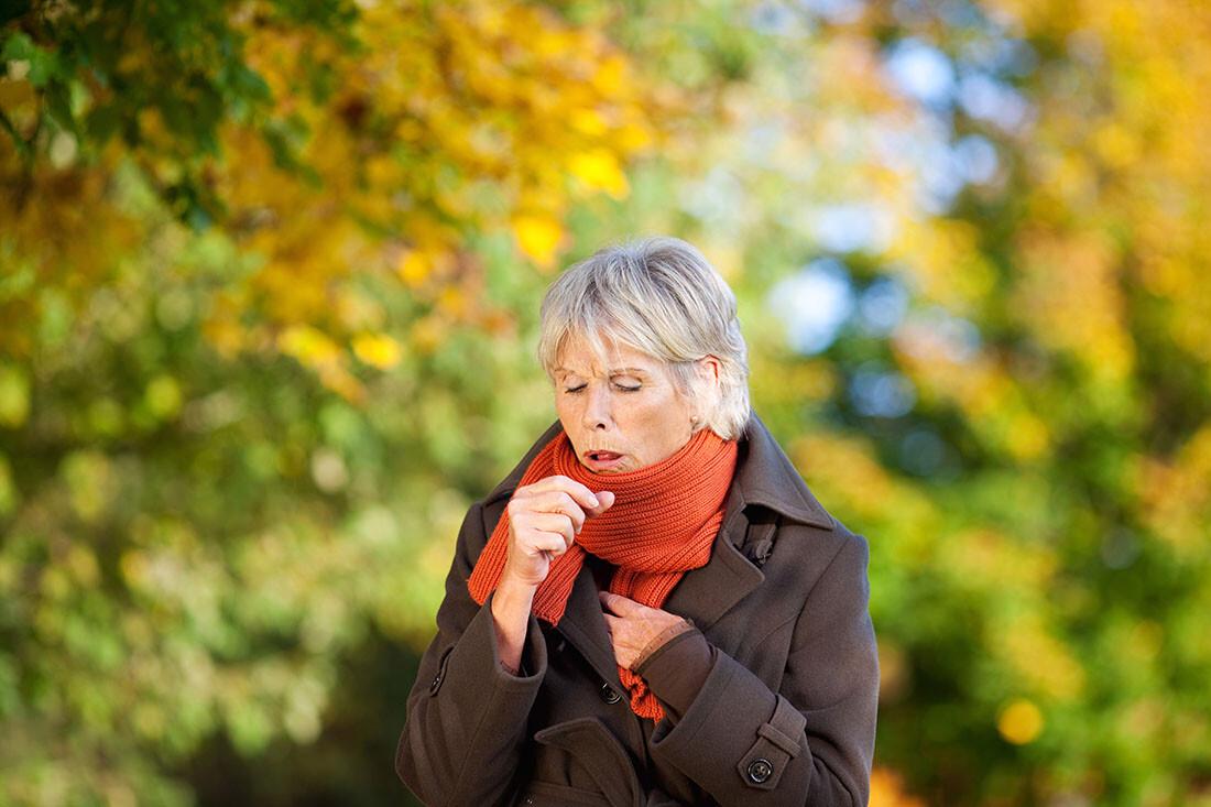 Donna anziana con tosse nervosa