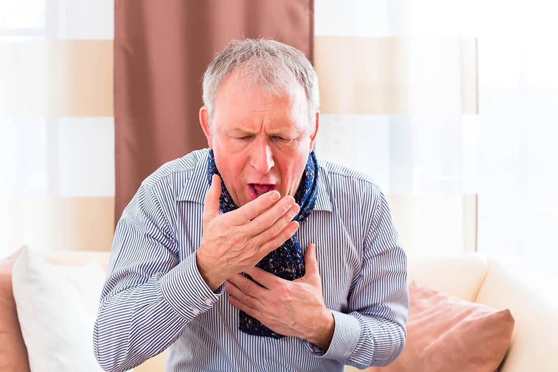 Uomo anziano con forte tosse