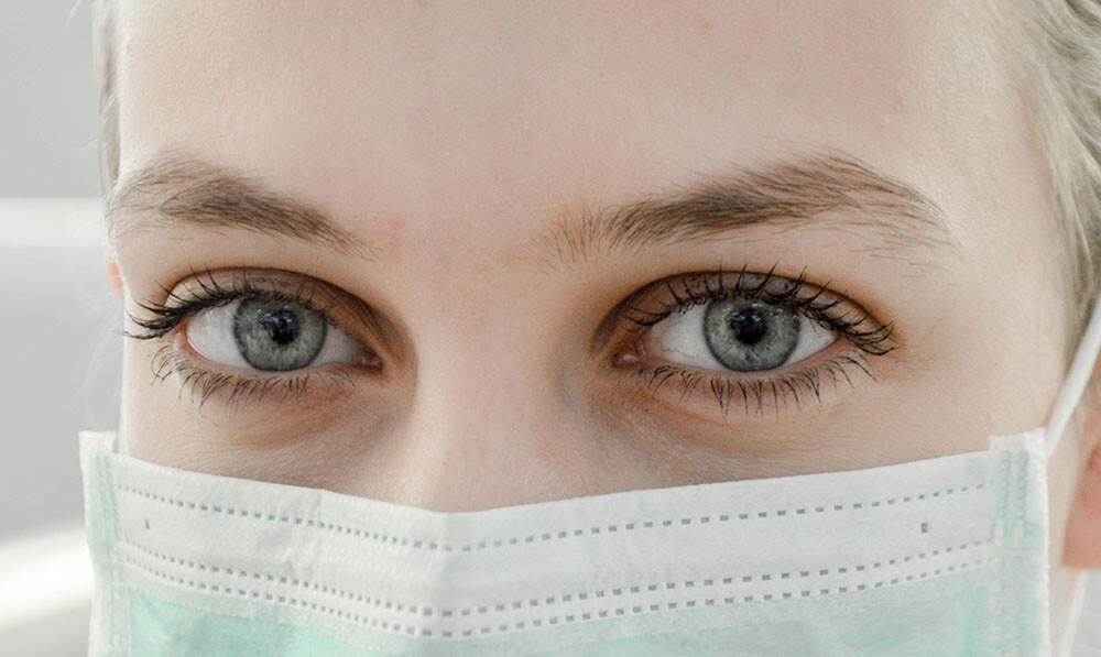 Donna occhi e mascherina